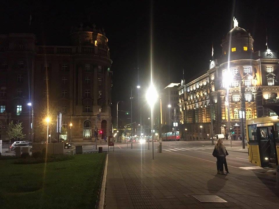 Зграда МЦП у мраку (лево), зграда владе осветљена (десно) Фото:Београдске.рс