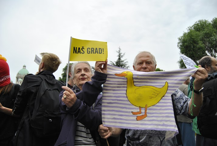 """Жута патка, симбол иницијативе """"Не давимо Београд""""."""